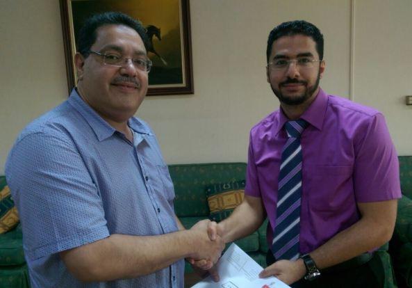 د. رفيع مع أحد الأطباء المشاركين في الدورة-